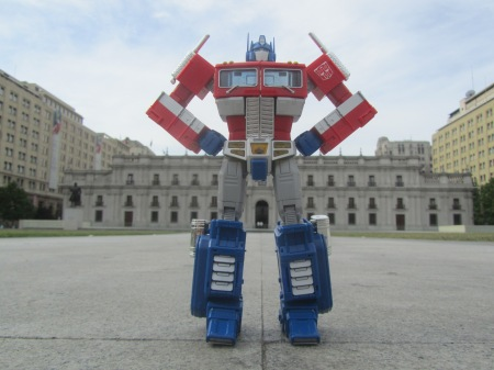 Optimus Prime frente a La Moneda